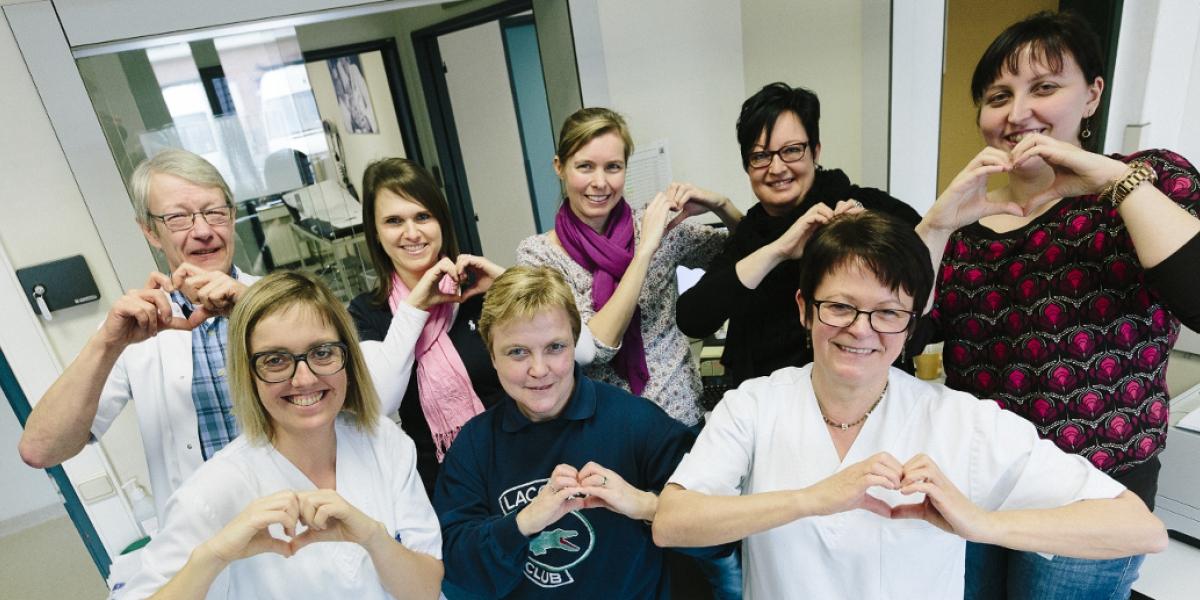 Vrouwen die een hartje maken met de handen